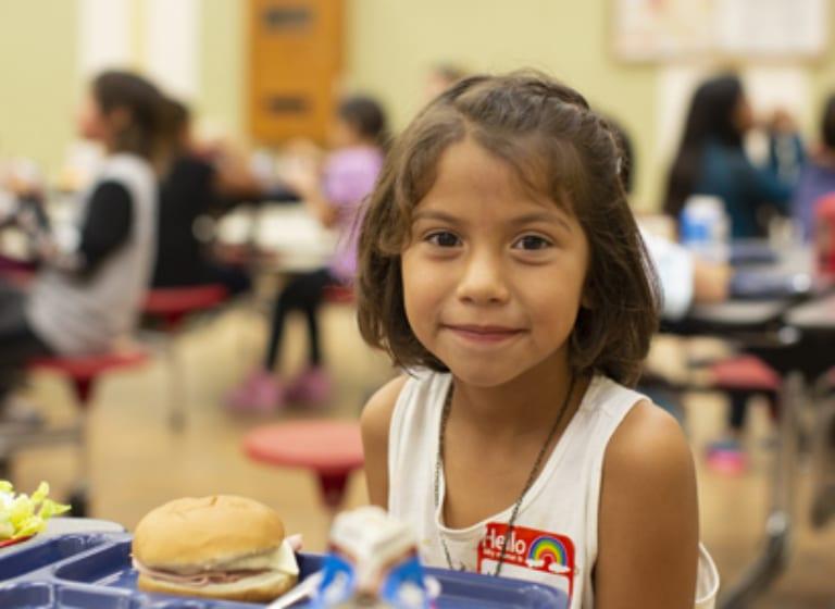 Notre programme alimentaire 2020 rend les enfants plus forts dans leur esprit, leur corps, leur cœur et leur âme.