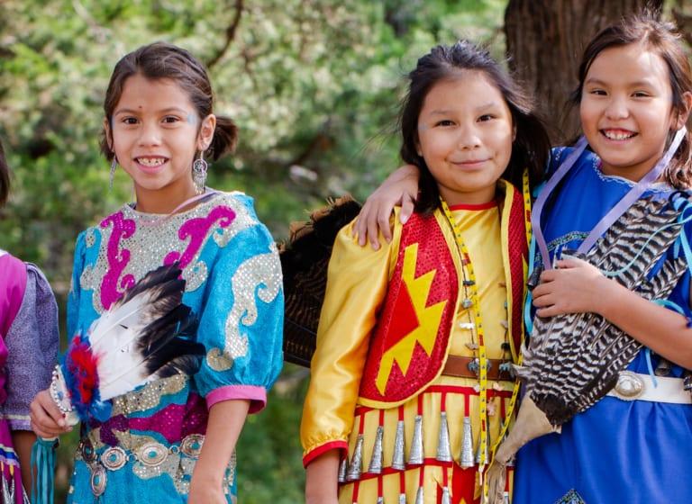 Les enfants de l'École indienne St Joseph du Dakota font éclater leur joie lors du Powwow 2020 !